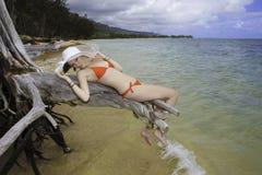 Meisje in rode bikini en hoed stock foto