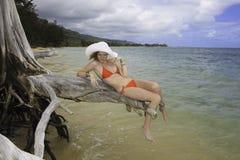 Meisje in rode bikini en hoed royalty-vrije stock foto