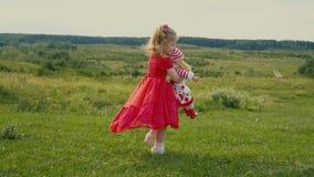 Meisje in rode kleding stock videobeelden