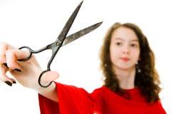 Meisje in rode kleding die uitstekende schaar met behulp van - korte nadruk stock afbeelding