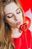 Meisje in rode kleding met ballons in de vorm van een hart Royalty-vrije Stock Fotografie