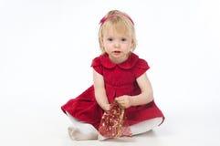Meisje in rode kleding met giftzak Royalty-vrije Stock Afbeelding