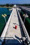 Meisje in rode kleding op de brug royalty-vrije stock fotografie