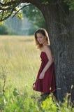Meisje in rode kleren Stock Afbeeldingen
