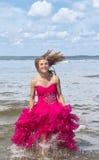Meisje in rode promkleding royalty-vrije stock foto