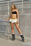Meisje rol-schaatst in de straat Royalty-vrije Stock Foto