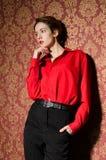 Meisje in rood mannelijk overhemd. In retro binnenland stock foto's