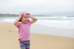 Meisje in roze bij strand 3 royalty-vrije stock afbeeldingen