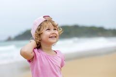Meisje in roze bij Th ebeach stock foto