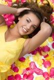 Meisje in Roze Bloemblaadjes royalty-vrije stock foto