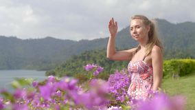 Meisje in roze bloemen stock videobeelden