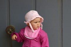 Meisje in roze door de grijze muur royalty-vrije stock fotografie