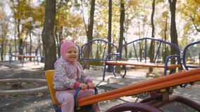 Meisje in roze hoed op schommeling in het park van de de herfststad stock footage