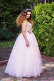 Meisje in roze huwelijkskleding stock foto