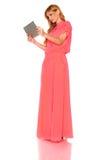 Meisje in roze kleding met tabletcomputer royalty-vrije stock fotografie