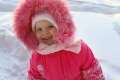 Meisje in roze tribunes en glimlachen in de winter royalty-vrije stock fotografie