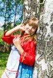 Meisje in Russische kleren in de zomerlandschap openlucht royalty-vrije stock foto's