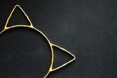 Meisje ` s hairband met katten` s oren op een zwarte achtergrond royalty-vrije stock afbeelding