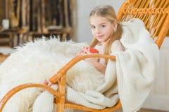 Meisje in schommelstoel Stock Foto's