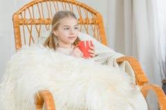 Meisje in schommelstoel Stock Afbeelding