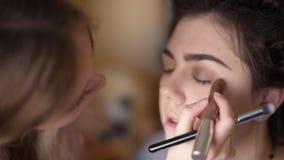 Meisje in schoonheidssalon stock video