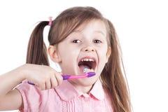 Meisje schoonmakende tanden met tandenborstel Geïsoleerde witte achtergrond stock foto's