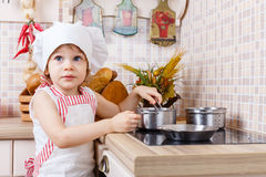 Meisje in schort in de keuken Royalty-vrije Stock Foto