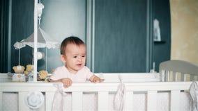Meisje schreeuwen die zich in een babywieg HD bevinden 1080p stock video