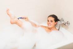 Meisje in schuim bij badkuip Royalty-vrije Stock Afbeeldingen