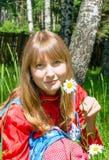 Meisje Slavisch met kamille openlucht stock foto