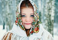 Meisje in Slavische stijl Een meisje in een sjaal stock afbeeldingen