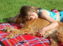 Meisje snuggle een Hond Stock Afbeelding