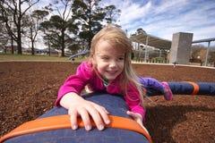 Meisje in speelplaats Stock Fotografie