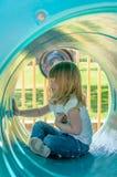 Meisje in spelbuis stock foto