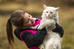 Meisje spelen het van tien jaar met een verdwaalde kat Liefde Royalty-vrije Stock Afbeeldingen