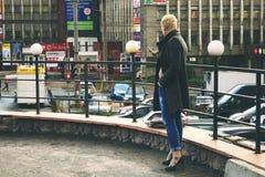 Meisje in stad Stock Afbeeldingen