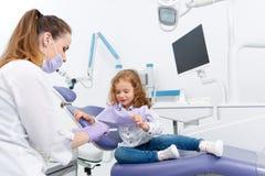 Meisje in stoel bezoekende tandarts royalty-vrije stock foto
