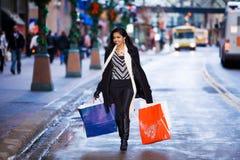 Meisje in straat met zakken Stock Afbeeldingen