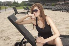 Meisje in strandstaaf Royalty-vrije Stock Foto
