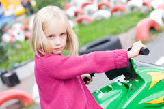 Meisje in stuk speelgoed auto stock afbeelding