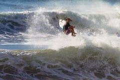 Meisje Surfer die de Lucht van de Golf uitwerpt Royalty-vrije Stock Fotografie