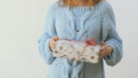 Meisje in sweaterdansen met Kerstmis huidig bij witte achtergrond stock footage