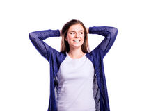 Meisje in t-shirt en cardigan, jonge vrouw, studioschot stock fotografie