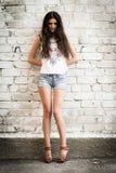 Meisje tegen de muur Stock Afbeelding