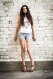 Meisje tegen de muur Stock Afbeeldingen