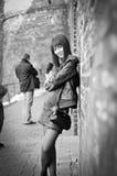 Meisje tegen een muur Royalty-vrije Stock Foto's