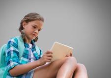 Meisje tegen grijze achtergrond met tabletapparaat royalty-vrije illustratie