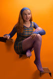 Meisje tegen oranje muur Royalty-vrije Stock Fotografie
