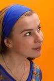 Meisje tegen oranje muur Stock Fotografie
