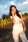 Meisje, telefoon en wijngaard royalty-vrije stock fotografie